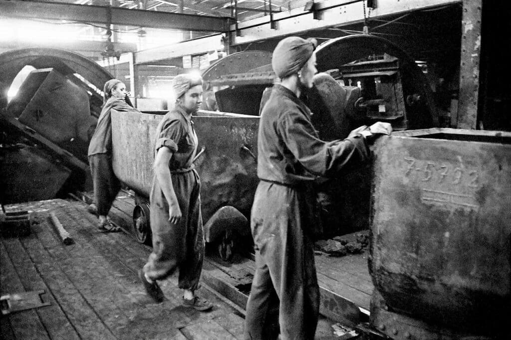 Górniczki w bytomskiej kopalni, 1956 r. Fot. ERICH LESSING/EK PICTURES