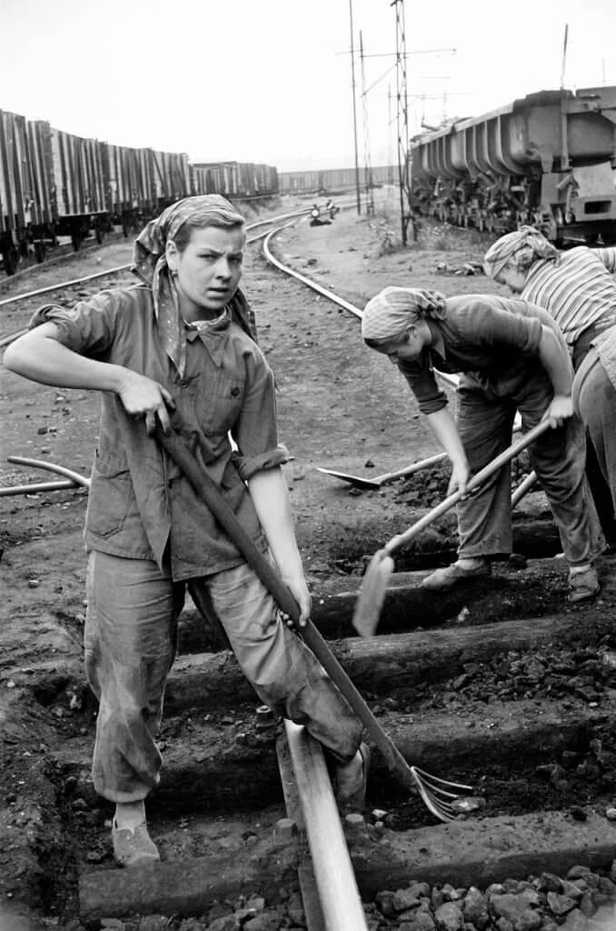 Kobiety naprawiające tory w Bytomiu, 1956 r. Fot. ERICH LESSING/EK PICTURES