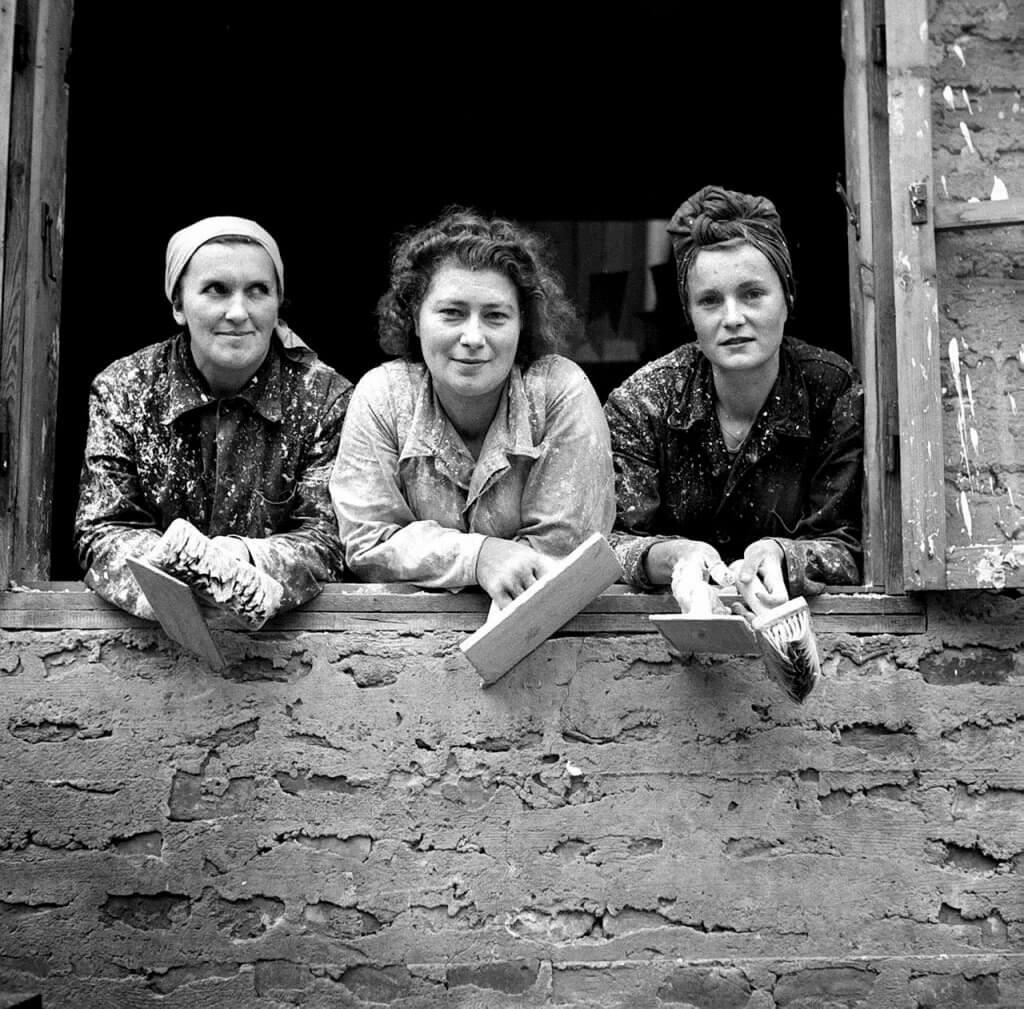 Warszawskie tynkarki, lata 50. Fot. CAF/PAP
